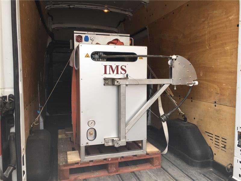 El equipo ultravioleta (UVA) cargado en una furgoneta de 3,5 ton